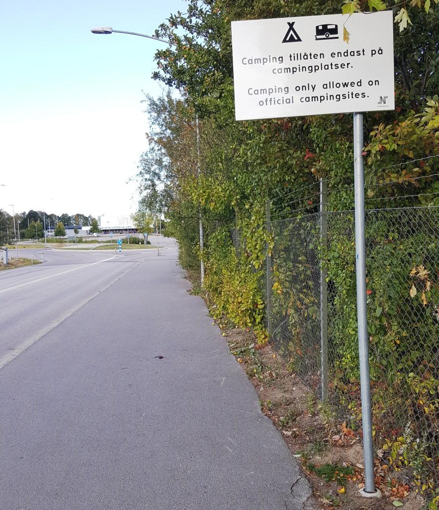 1 - Infart till det stora Himmelstalund området visar att fricamping inte är tillåtet utan enbart på camp