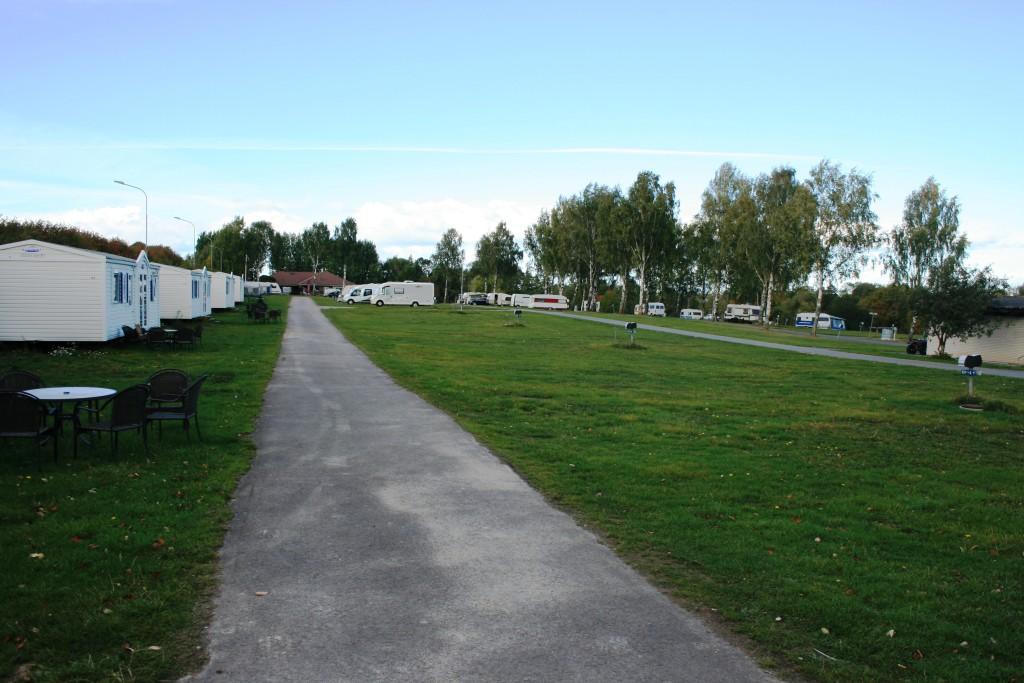 10 - Vy från ett av de yttre hörnen av campingen med längden av elplatser