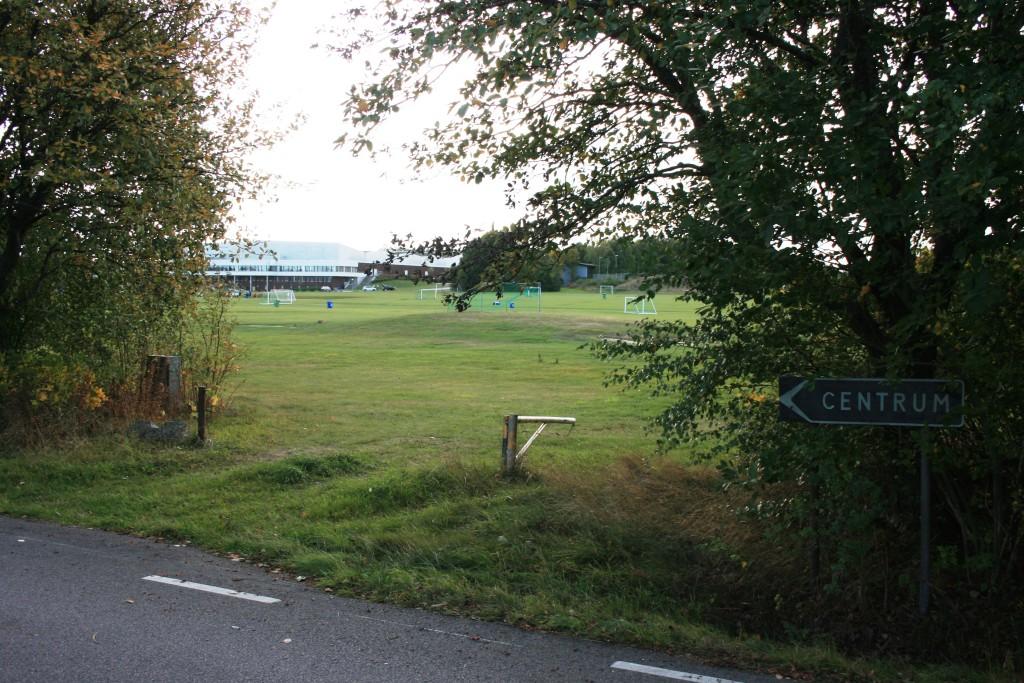 32 Utanför campingområdet på andra sidan vägen finns Himmelstalundsfältets stora vyer för lek och aktivit